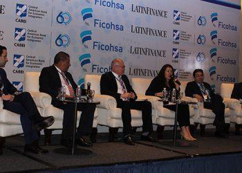 Presidieron el foro 2: Juan Villeda y Ricardo Villalobos ejecutivos de Ficohsa; Ángel Arita, asesor del BCH; Frida Ruiz de Financiera IFC; Roger Pineda de Dinant y Carlos Rodríguez, gerente IT Tengo.