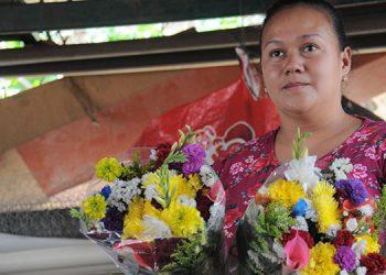 La comerciante Lilliam Rodríguez, pobladora de El Piligüin, muestra algunas de las flores que se cultivan en esa aldea capitalina.