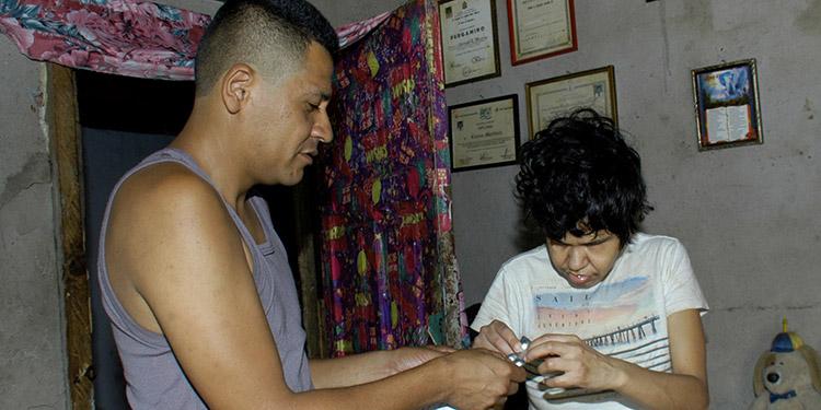 Carlos Alberto Hernández pasa pendiente de proporcinarle medicamentos a su tía Leticia Isabel Acosta Castillo.