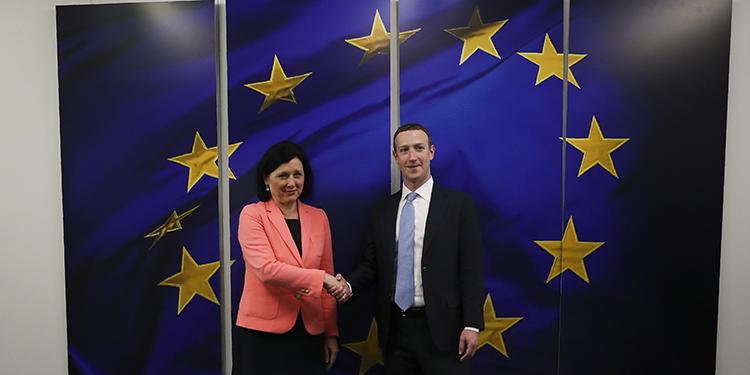El director general de Facebook, Mark Zuckerberg, sonríe mientras estrecha la mano de la comisaria europea para Valores y Transparencia, Vera Jourova, antes de una reunión en la sede de la UE en Bruselas, el lunes 17 de febrero de 2020. (AP Foto/Francisco Seco)
