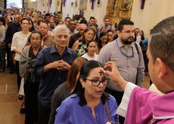 El bicario de la Catedral Metropolitana de Tegucigalpa, Luis Enrique Gutiérrez, explicó que la cruz de ceniza se puede colocar en la frente o en la cabeza.