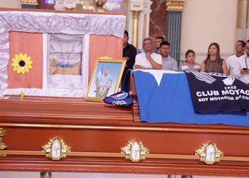 Con las banderas de sus dos equipos favoritos, en política el Partido Nacional y en el fútbol Motagua, así fue despedido por familiares y amigos, Dagoberto Villalta.