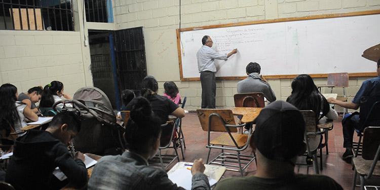 Cada vez son menos los centros educativos que imparten clases en la noche.