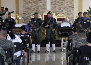 """Los cuerpos de los militares y oficiales de la Policía asesinados durante la liberación del pandillero, Alexander Mendoza alias """"El Porky"""" fueron despedidos con honores."""