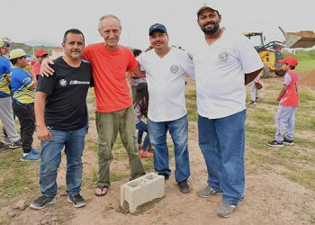 La primera piedra para la construcción del campo de béisbol de Juticalpa puesta ayer.