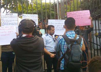 Los padres de familia, alumnos y docentes realizaron el plantón para exigir que no les obstruyan el paso al centro educativo.