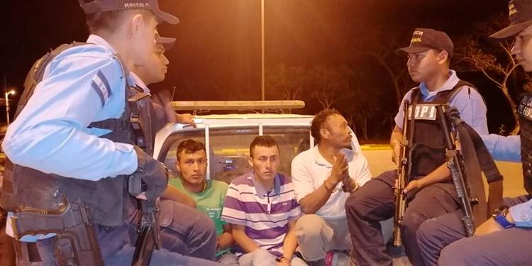 El aldeano y sus dos hijos fueron remitidos ayer a los tribunales de justicia.