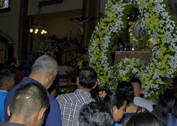 Cientos de católicos continúan llegando a la Basílica de Suyapa con muestras de fe y agradecimiento.