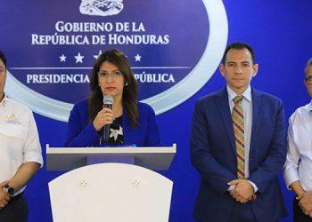 Roberto Cosenza (izquierda), viceministro de Salud de Honduras.