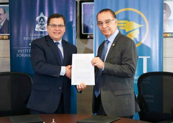 El director del Infop, Roberto Cardona, y el presidente de la CCIT, Guy de Pierrefeu, suscribieron el convenio.