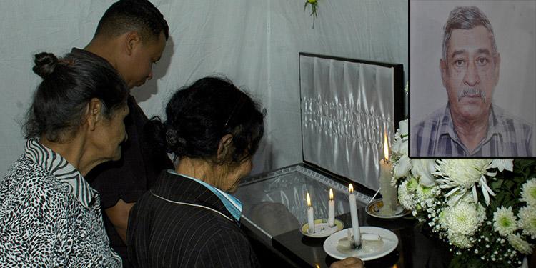Los restos mortales de Marcial Martínez Barahona ayer eran velados en su casa, que hace dos meses se la había donado el gobierno.