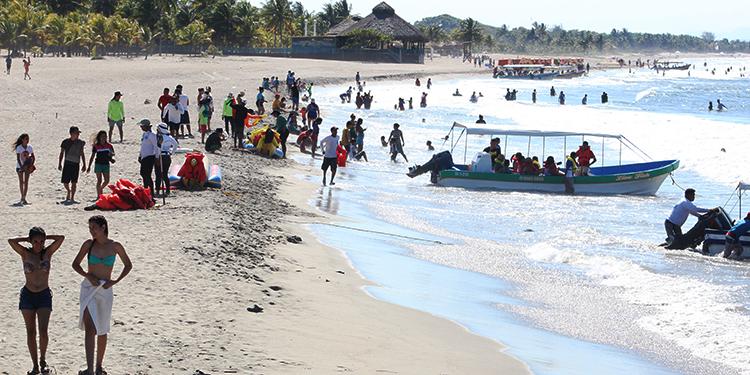La bahía de Tela es uno de los destinos más visitados por turistas nacionales en el norte de Honduras. Foto: Josué Quintana Gómez