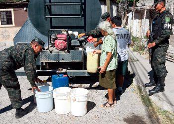 """En cada cisterna de agua los militares entregan gratuitamente 2 mil 500 galones del vital líquido a capitalinos que sufren actualmente la """"sequía""""."""