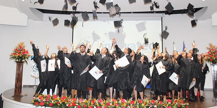 Los graduandos lanzaron el birrete en señal de logro académico que alcanzaron ese día.