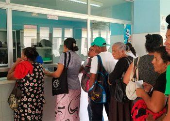 La gente hace grandes filas en busca de medicamento en el hospital.