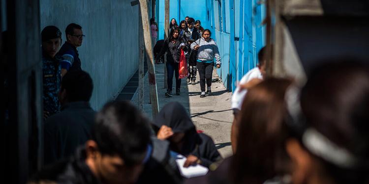 Migrantes centroamericanos caminan por las calles de Ciudad de Guatemala tras ser enviados allí por EEUU para que tramiten sus solicitudes de asilo.