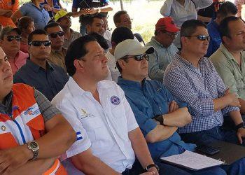 El mandatario supervisó la construcción de 21 diques para la retención de agua en el río Choluteca.