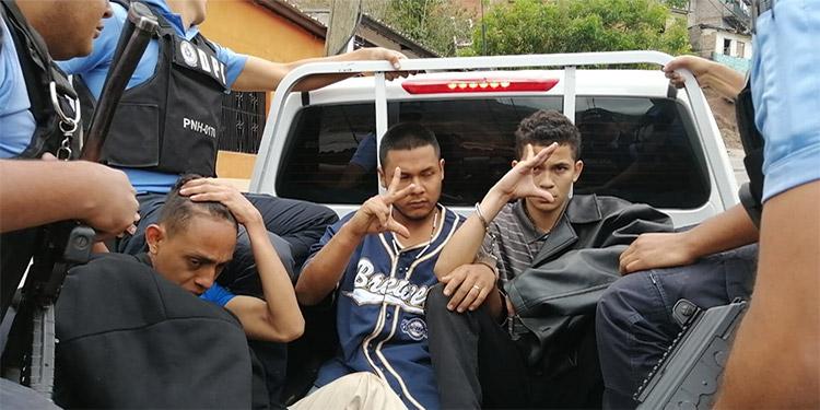 A los tres se les investiga por su supuesta participación en delitos de homicidio, extorsión, robo de vehículos, personas y carros repartidores.