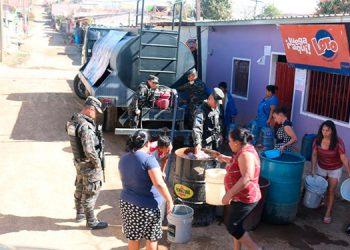 A principios de semana los uniformados entregaron el vital líquido a pobladores que viven al noreste de la capital.