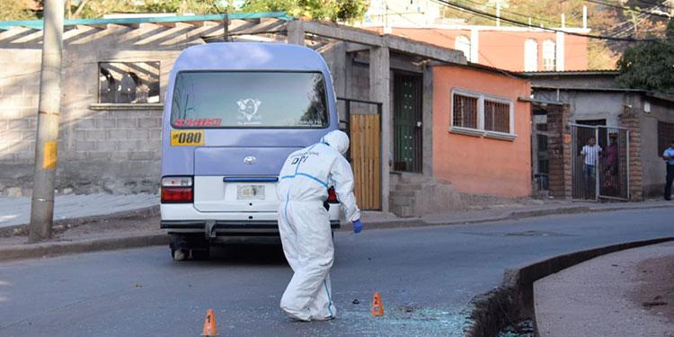 """El ataque violento contra unidad del rubro transporte se ejecutó en una calle que da acceso al sector conocido como """"El Plan"""" de Los Pinos, zona oriental de la capital."""