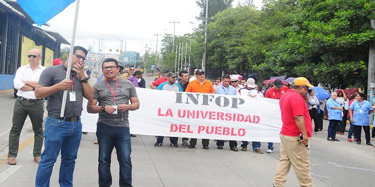 Los trabajadores del Infop se movilizan en contra de las reformas que aprueba el Congreso a petición de los empresarios.