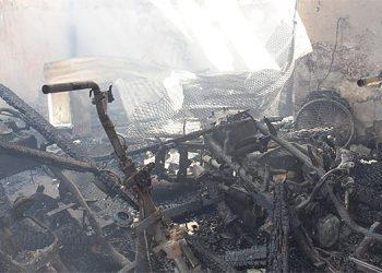 El incendio comenzó supuestamente en este taller de motocicletas, donde varios vehículos de dos ruedas fueron pasto de las llamas.