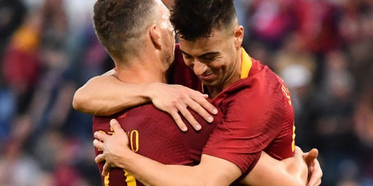 AS Roma Italian forward Stephan El Shaarawy (R) celebrates with AS Roma Bosnian forward Edin Dzeko  after scoring his second goal during the Italian Serie A football match AS Roma vs Sampdoria on NOvember 11, 2018 at the Olympic stadium in Rome. (Photo by Alberto PIZZOLI / AFP)