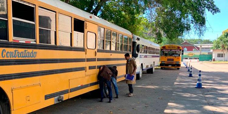 """Algunos de los buses no han psado el proceso de revisión porque las llantas  """"no apagan ni una colilla de cigarrillo"""", dijo un inspector."""
