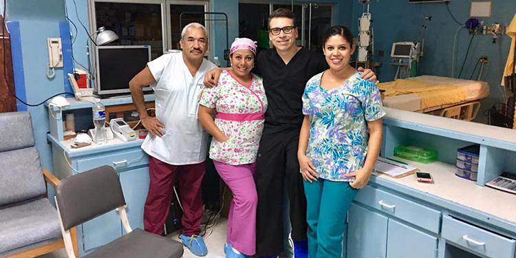 Carlos Aguilar (centro), neurólogo y exministro de Salud.