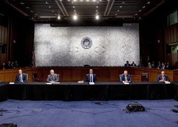 Legisladores y otros funcionarios del gobierno estadounidense reunidos para evaluar un proyecto de ayuda económica para el país debido al brote de coronavirus, en la sede del Congreso en Washington.