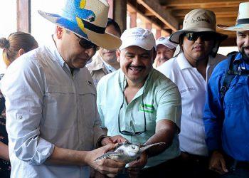 Junto a autoridades regionales del Golfo de Fonseca y funcionarios, el Presidente Juan Orlando Hernández recibió explicaciones sobre el proyecto de cría y liberación de tortuga golfina.