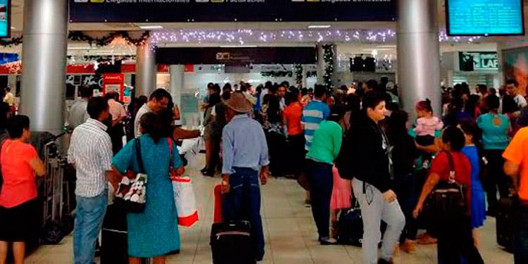 """""""Se ha tomado la decisión de declarar una restricción de viajeros que ingresan al país"""", indicó el Presidente Juan Orlando Hernández."""