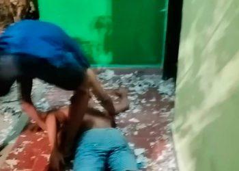 Un estudiante auxilia a compañero desmayado durante el zafarrancho.