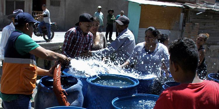 Como una fiesta se vive en los lugares donde Copeco lleva agua.