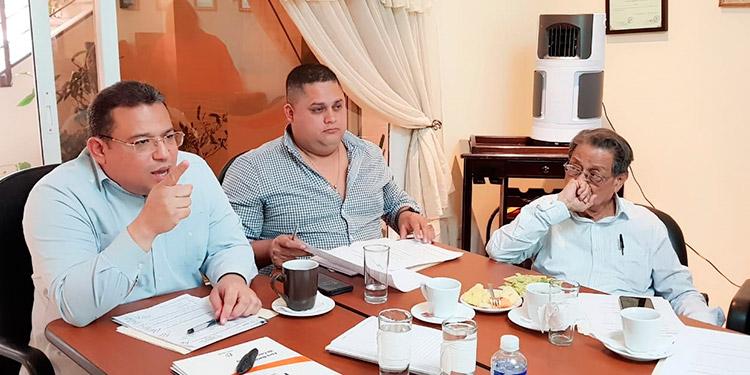 Omar Rivera y distintos sectores reunidos ayer en el Fonac.
