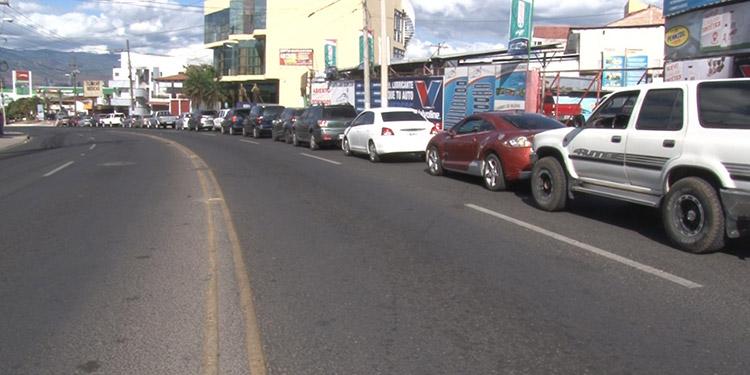 Por toda la capital se observaron grandes filas de vehículos en las estaciones gasolineras.