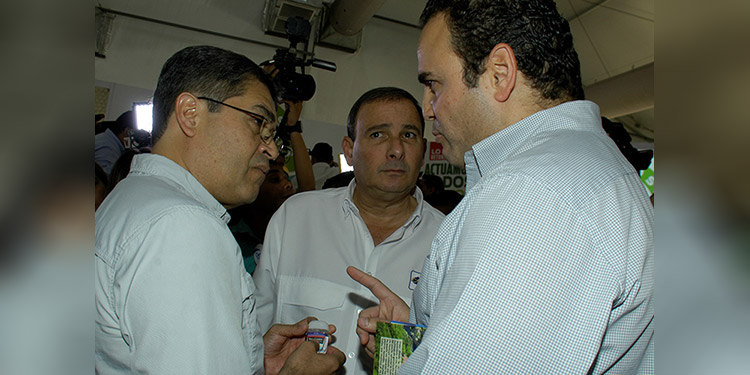 El presidente de Anaprohfar, Jacobo Andony presentó al Presidente Hernández, el posible gel de mano que se distribuirá en las escuelas.