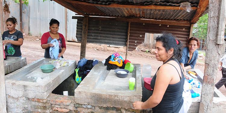 Los nacimientos naturales de agua se han convertido en una alternativa para los pobladores.