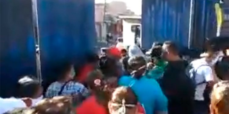 En tropel entran compradores al zonal Belén (Video)