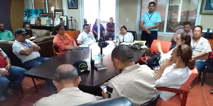 Autoridades de Salud, Educación, Cruz Roja, Cuerpo de Bomberos, juntas de agua, Policía Nacional, entre otras, se reunieron en la municipalidad de Tela, Atlántida.