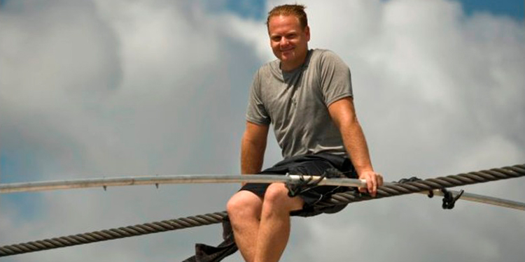 Acróbata estadounidense cruza sobre un cable el volcán nicaragüense de Masaya