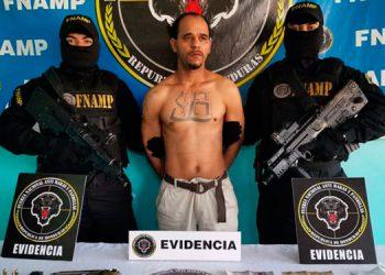 El detenido tiene en el pecho un tatuaje con el número 18, presuntamente alusivo a la pandilla.
