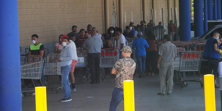 Miles de capitalinos desesperados se aglomeraron en los diferentes supermercados para poder comprar alimentos.