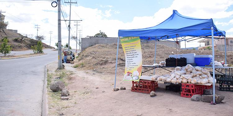 Los vendedores de frutas aprovecharon para sacar a la venta sus productos, por unas horas, antes de que se les pudran.