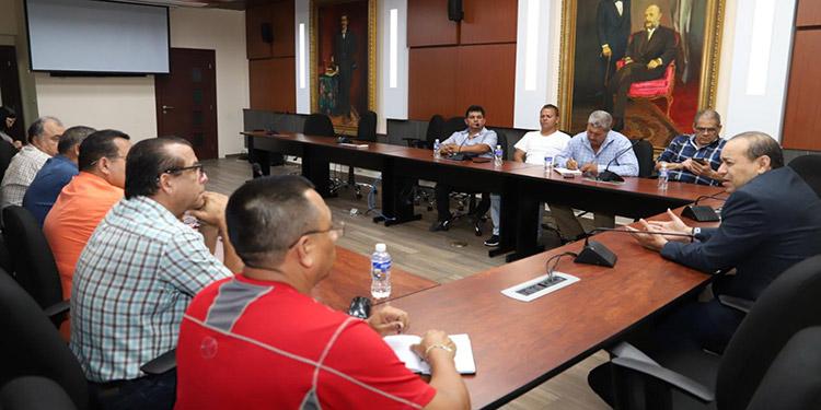 La reunión entre diputados y taxistas sirvió para evitar más protestas sin fundamento.