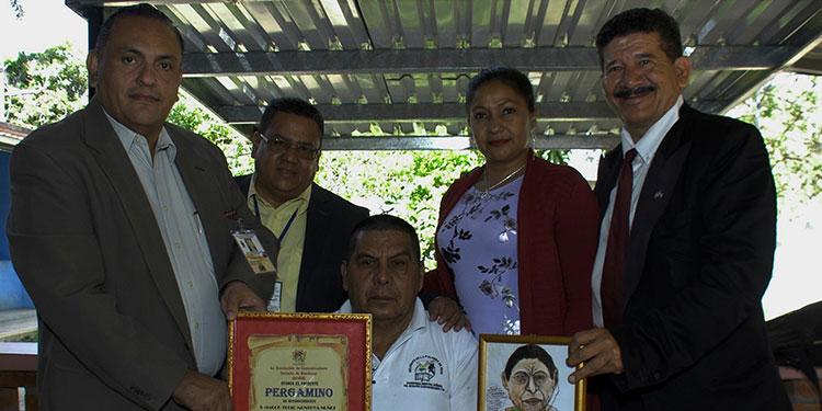 Directivos de la Asociación de Comunicadores Sociales de Honduras (Acosh) otorgaron el reconocimiento al destacado comunicador social de Sabanagrande, Marco Tulio Montoya.