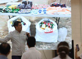 """El Presidente Juan Orlando Hernández explicó que """"esta operación es gigantesca, para poderle llevar comida a la gente""""."""