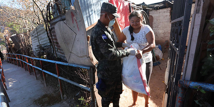Familias de sectores de alta vulnerabilidad están recibiendo la ayuda alimentaria y de higiene personal.