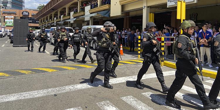 Guardia de seguridad toma rehenes en un centro comercial de Filipinas