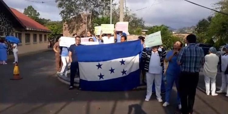 Empleados del Instituto Nacional Cardiopulmonar realizaron una protesta para exigir el abastecimiento del equipo de protección, ante COVID-19.